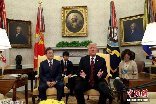 资料图:当地时间2018年5月21日下午,韩国总统文在寅抵达美国华盛顿,开始对美国为期4天的访问。韩国媒体报道,文在寅将与美国总统特朗普举行会谈,就朝鲜半岛无核化路线图等问题进行沟通协调,努力弥合朝美在无核化问题上的分歧。