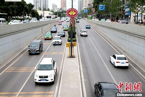 5月23日,西安环城南路车水马龙。据西安市统计局消息,今年1至4月,西安新能源汽车产量4.21万辆同比增长5.1倍。 <a target='_blank' >中新社</a>记者 张远 摄