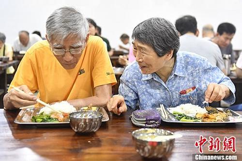 资料图:两名老人在饭堂就餐。 <a target='_blank' href='http://www-chinanews-com.yushengpeng.com/'>中新社</a>记者 陈骥�F 摄