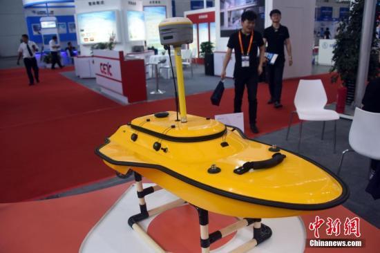 5月24日,一款基于卫星导航技术的无人船亮相展览现场。 中新社记者 孙自法 摄