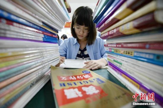 资料图一高三学生在上晚自习。<a target='_blank' href=''>中新社</a>发 郝群英 摄 图片来源:CNSPHOTO