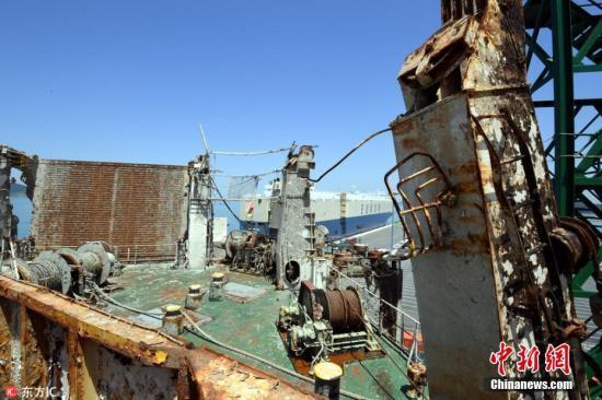 """当地时间5月24日在韩国全罗南道木浦新港码头拍摄的""""世越""""号沉船内部景象。""""世越""""号沉船船体调查委员会24日组织记者走进船体内部采访。2014年4月16日,载有476人的""""世越""""号客轮在韩国全罗南道珍岛郡屏风岛以北海域意外进水并沉没。船体出水打捞作业于2017年4月完成。 图片来源:东方IC 版权作品 请勿转载"""
