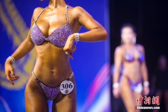 腰围是人们可以用来简单判定身材的标准之一。(资料图:图为2018太原健美健身锦标赛,数百名健美健身达人在舞台上一秀自己的魔鬼身材。 张云 摄)