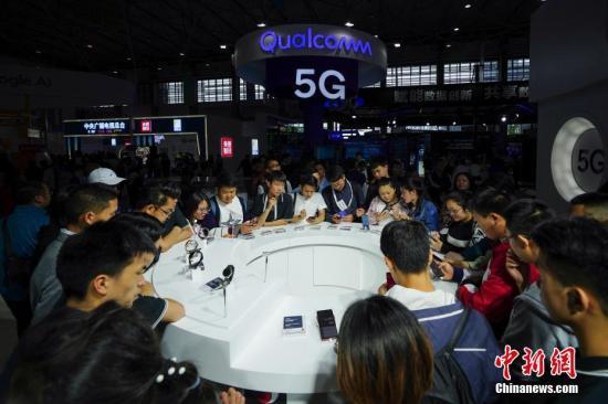 资料图:民众感受5G上网体验。<a target='_blank' href='http://www.chinanews.com/'>中新社</a>记者 贺俊怡 摄