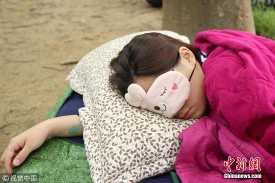 """这个活动今年已经是第三届,有超过8500人报名,在初步审查之后,参加者就可以去会场""""首尔森林""""睡觉。 图片来源:视觉中国"""
