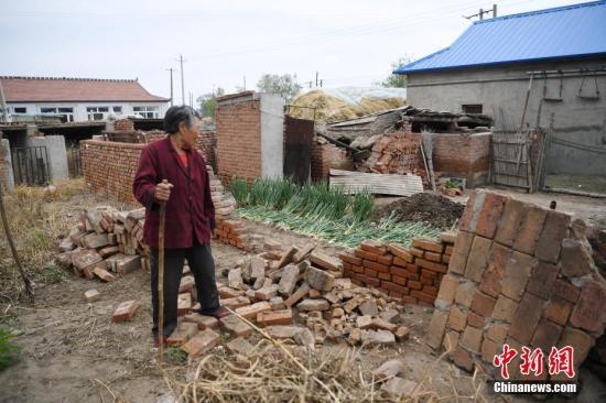 5月28日,吉林松原一村民在自家受损房屋前。当日1时50分,吉林省松原市宁江区毛都站镇附近发生5.7级地震。中新社记者 张瑶 摄