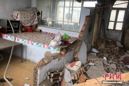 村民家中墙壁倒塌。中新社记者 张瑶 摄