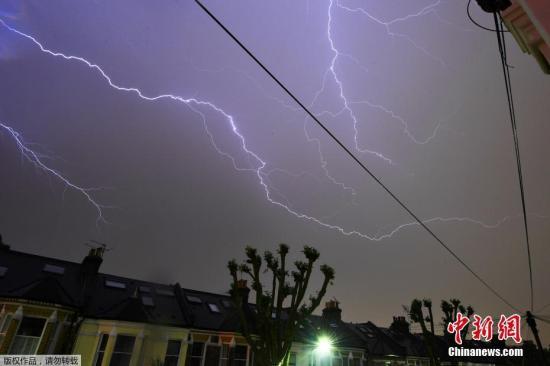 当地时间2018年5月26日,英国伦敦遭遇雷雨天气,天空中电闪雷鸣。