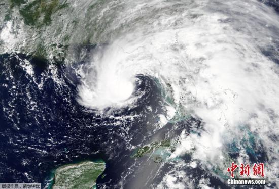 """美国国家气象局称,2018年飓风季首个亚热带风暴阿尔伯托(Alberto)正以16公里时速,向北移动至墨西哥湾沿岸,预计当地时间5月28日登陆美国北部沿岸。气象预报员表示,这可能为美国南部沿海的几个州带来""""威胁生命的洪水""""。"""
