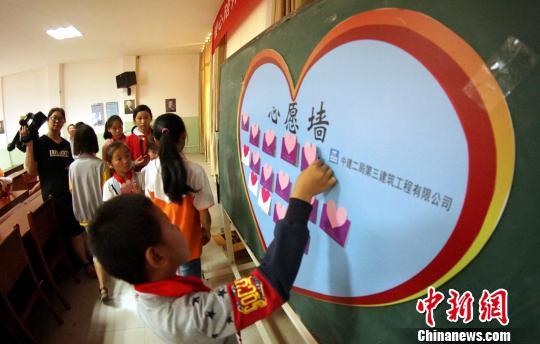 资料图:志愿者陪伴留守儿童举办活动。 王昊阳 摄