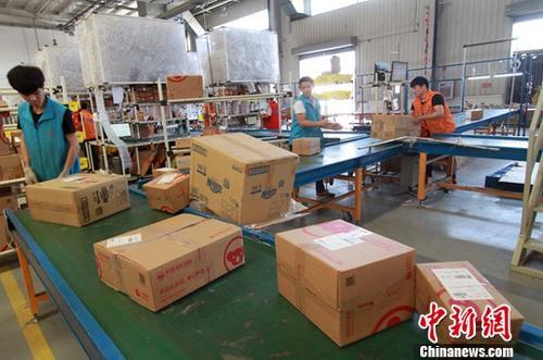 资料图为天津港东疆片区的网易考拉北方物流运营中心。中新社记者 张道正 摄