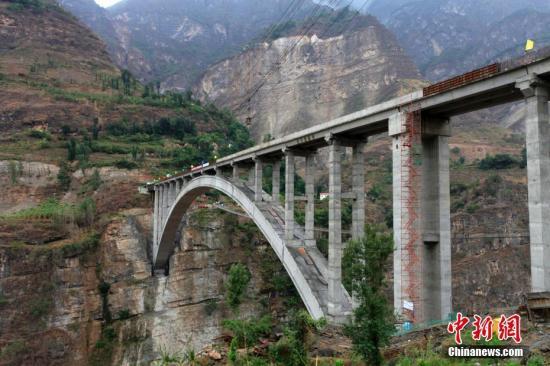 """资料图:亚洲第一高溜""""鹦哥溜索改桥主体工程完工。"""