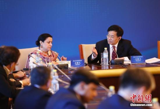 6月1日,上海协作安排首届媒体峰会在北京举办。图为我国新闻社社长章新新(右)掌管峰会分论坛。 记者 杜洋 摄