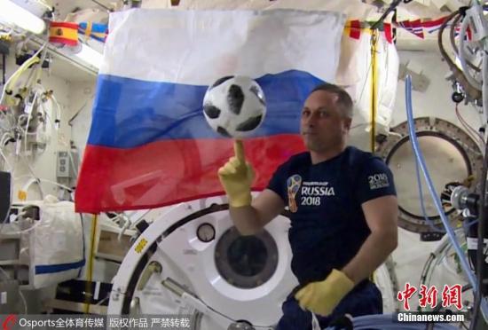 """5月31日,俄罗斯宇航员Oleg Artemyev和自己的同事Anton Shkaplerov正在国际空间站内玩足球,以此迎接俄罗斯世界杯的到来。他们所使用的足球是即将在世界杯赛场上使用的""""电视之星 18"""",这枚足球将于6月3日被运回地球,并将被用作2018世界杯揭幕战用球。 图片来源:Osports全体育传媒 版权作品 严禁转载"""