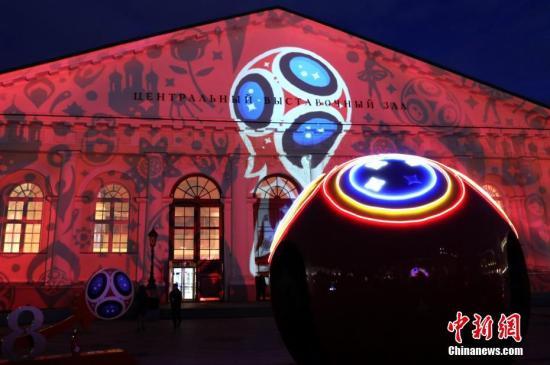 当地时间5月31日晚,俄罗斯首都莫斯科的马涅什广场举行大型灯光秀,迎接2018世界杯。中新社记者 王修君 摄
