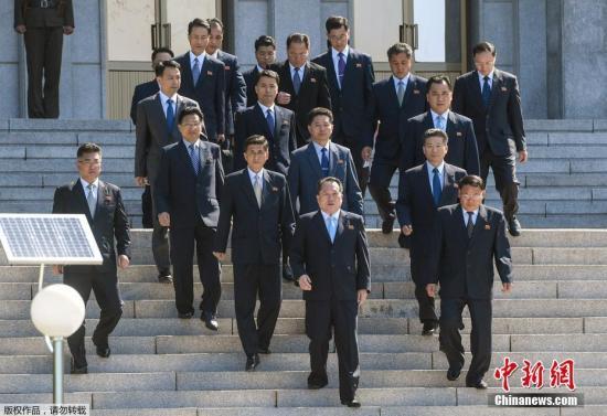"""据韩媒报道,北京时间6月1日上午9点,韩朝在板门店韩方一侧的""""和平之家""""举行高级别会谈,在大框架下讨论韩朝领导人上月签署的《板门店宣言》的落实方案。韩国统一部长官赵明均率团启程赴会前在位于首尔钟路区的南北会谈本部接受记者采访时表示,将尽全力与朝方协商为朝美首脑会谈营造积极环境,并力促韩朝首脑达成的共识顺利迅速得到落实。赵明均说,当天可能重点讨论韩朝合办6・15宣言纪念活动事宜。同时还将就设立韩朝共同联络事务所、商讨离散家属团聚问题的红十字会会谈、讨论韩朝共同参加8月份亚运会的体育会谈、韩朝军事会谈等相关事宜进行磋商。"""