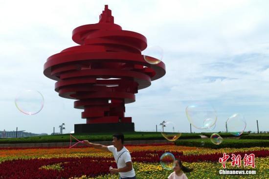 6月2日,市民在青岛市五四广场参观游玩。中新社记者 盛佳鹏 摄
