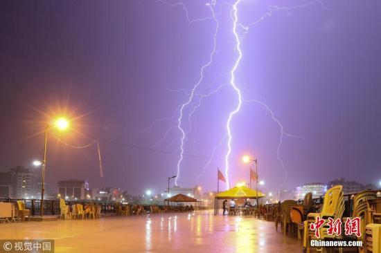当地时间2018年6月1日,土耳其哈塔伊省,当地遭遇暴雨,电闪雷鸣。图片来源:视觉中国