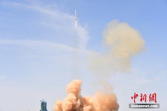 北京时间6月2日12时13分,中国在酒泉卫星发射中心用长征二号丁运载火箭,成功将高分六号卫星及搭载的珞珈一号科学试验卫星发射升空,卫星进入预定轨道。汪江波 摄