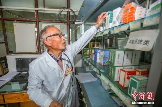 田起業正在整理藥品。陶維明攝