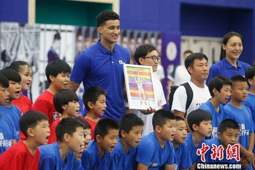 6月2日,NBA洛杉矶湖人球员凯我库兹马表态2017-2018 Jr. NBA 联赛北京总决赛,并到场NBA关心动作,战去自北京石景山区挨工后辈小教的门生互动。a target='_blank' href='http://www.chinanews.com/'中新社/a记者 韩海丹 摄