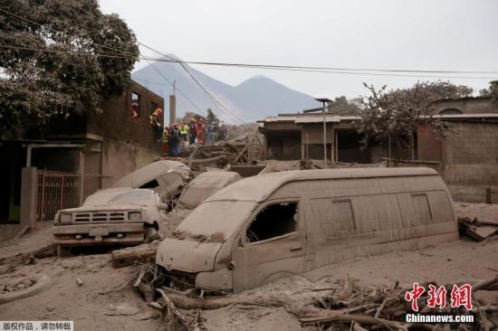 2018年6月4日,危地马拉罗德奥,在当地火山喷发后,地表覆盖了厚厚的火山灰。