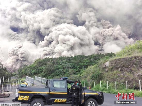 报道称,海拔3763米的富埃戈火山位于危地马拉城西南约40公里,喷出的火山灰高达1.1万米,覆盖附近20平方公里区域。