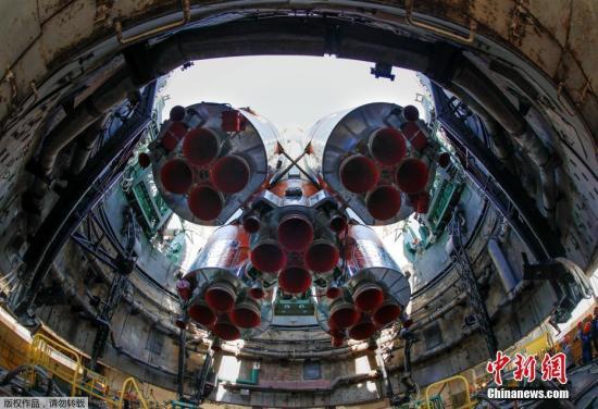 """资料图:""""联盟号""""MS-09飞船发射准备工作在拜科努尔航天中心进行。"""