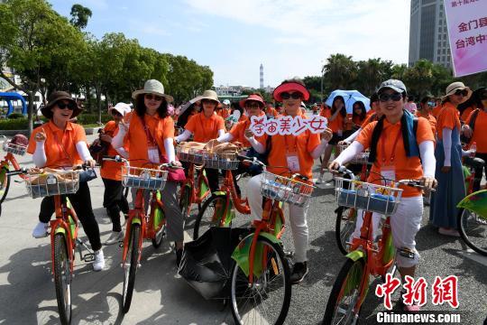 """海峡两岸女大学生共骑行倡导""""绿色共享""""。 王东明 摄"""
