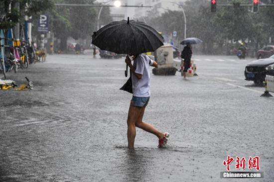海口民众冒雨涉水出行。骆云飞 摄