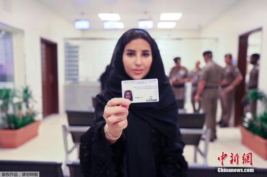当地时间2018年6月4日,沙特阿拉伯交通总局向10名沙特女性颁发驾照,这是沙特历史上首次向女性颁发驾照,为3个星期后女性开车上路铺平道路。
