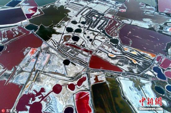 6月6日,入夏以来,随着气温的变化,山西省运城盐湖呈现出色彩斑斓、美不胜收的七彩美景,成为夏日盐湖特有的一道风景。薛俊 摄 图片来源:东方IC 版权作品 请勿转载