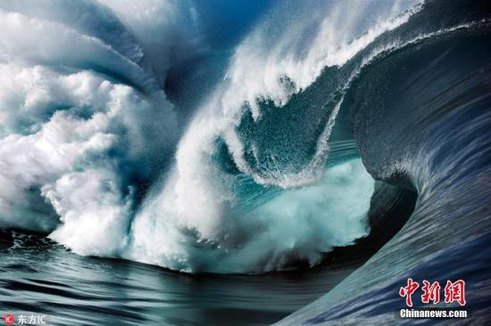 """资料图:2016年3月1日报道(具体拍摄时间不详),塔希提(又译大溪地)位于南太平洋,岛上的提阿胡普(Teahupoo)是世界闻名的冲浪圣地,这里的海浪高达5、6米,当地人把这样惊人的海浪称为""""水墙""""。29岁的摄影师Ben Thouard带着照相机游进了这一堵堵""""水墙"""",拍摄下这些海浪难以言喻的美丽形态,并且,Ben是在最佳的日出和日落时分,准确判断出海浪翻滚的方向,然后记录下那美妙的瞬间。图片来源:东方IC 版权作品 请勿转载"""