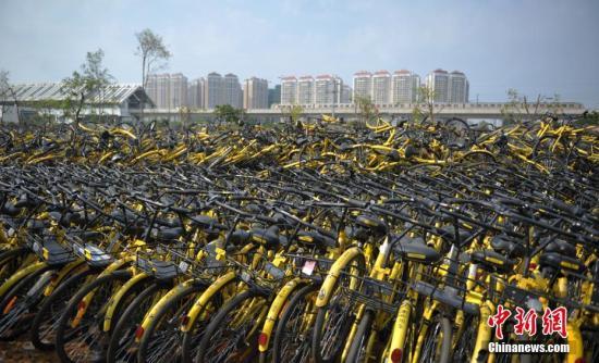 6月7日,成都一停车场内堆放了不少共享单车,大无数车锁已被拆除,这些单车系一时回收、修缮中转车辆。中新社记者 刘忠俊 摄