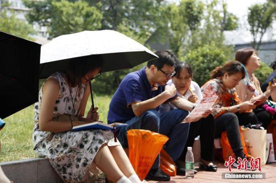 陪考家长等待参加首场考试的孩子。<a target='_blank' href='http://www.chinanews.com/'>中新社</a>记者 沙见龙 摄