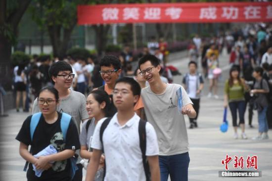 资料图:考生面带笑容走出高考考场。中新社记者 陈超 摄