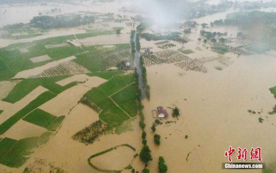 6月8日,江西吉安市泰和县部分乡镇遭遇洪灾,泰和县迅速投入抗洪救灾抢险。连日来,江西吉安蜀水河上游突降暴雨、大暴雨,水位迅猛涨,导致位于下游的泰和县苏溪、马市等镇,10多个沿河地势低洼村庄受淹,105国道泰和段多处路段受淹受阻。灾情发生后,当地迅速组织民兵预备役人员、消防官兵、干部群众等400多人投入抗洪救灾抢险,出动冲锋舟、皮划艇等设备,紧急转移安置受灾群众2000多人,确保群众生命财产安全。目前,尚未发生人员伤亡。图为无人机航拍下的江西泰和县苏溪镇受淹的村庄,汪洋一片。 文/图 刘占昆 邓和平