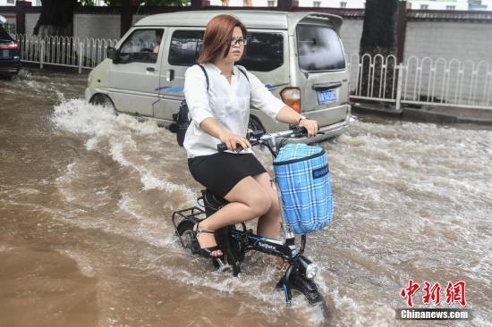 """资料图:受台风""""艾云尼""""影响,广州市区出现暴雨到大暴雨。<a target='_blank' href='http://www.chinanews.com/'>中新社</a>记者 陈骥�F 摄"""