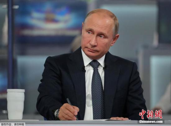 据俄新社消息,俄民众通过短信、电话、视频留言等形式共向普京提出了超过240万个问题,所涉及的内容包括政治、经济、外交等各个方面。