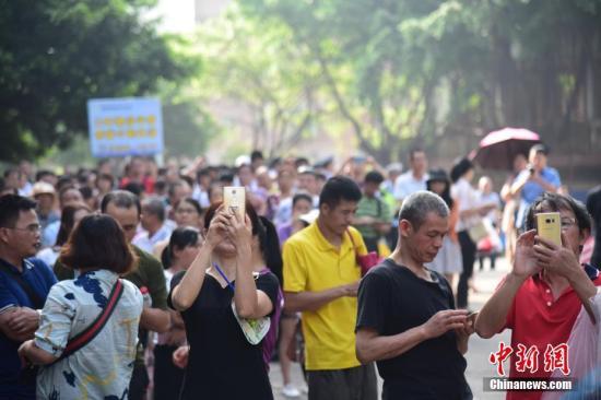 6月8日是今年高考结束的日子,在广西柳州市的柳铁一中考点外,守候考生的家长已将大门围得水泄不通。下午考试结束后,看到考生走出考场,家长立即迎上并送上准备好的鲜花,祝贺孩子完成高考。据中国教育部统计,2018年中国高考报名考生人数达到975万人。 王以照 摄