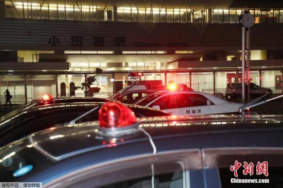 神奈川县警晚10时左右接到报警,随后在小田原站停车的列车上抓捕了犯罪嫌疑人。伤者为一男两女,三人被紧急送往医院救治。其中男性伤者经抢救无效后死亡。其余二人重伤,但都有意识,已脱离生命危险。