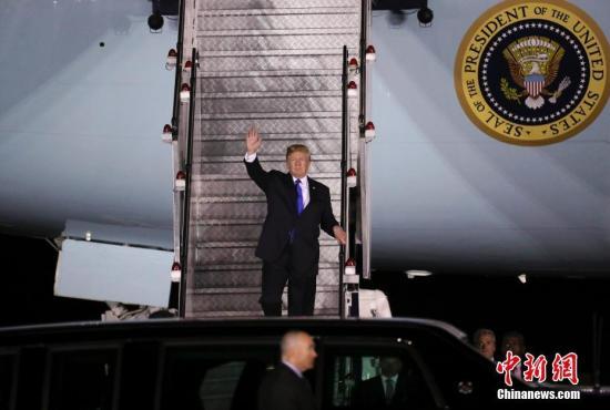 """美国总统特朗普于当地时间6月10日晚乘坐""""空军一号""""专机抵达新加坡巴耶利峇空军基地。记者 刘震 摄"""