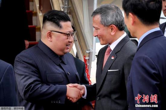 6月10日下午,新加坡外长维文(中)在机场欢迎金正恩(左)到来。