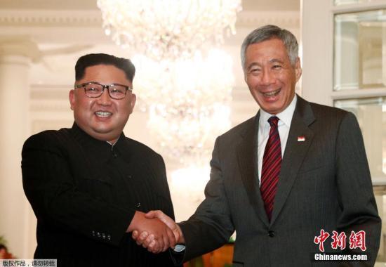 据新加坡《联合早报》消息,下榻瑞吉酒店的朝鲜最高领导人金正恩,于当地时间10日傍晚6时许离开酒店,并于6时29分抵达新加坡总统府,与总理李显龙见面。