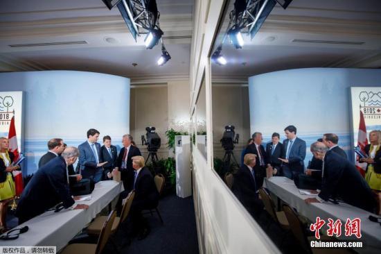 """加拿大总理特鲁多6日说,本年七国集团峰会不免有""""坦率、困难的谈论"""",尤其是与特朗普触及关税议题。图为G7峰会上多国领导人进行谈论。"""