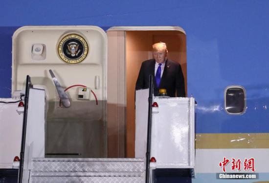"""美国总统特朗普于当地时间6月10日晚乘坐""""空军一号""""专机抵达新加坡巴耶利峇空军基地。中新社记者 刘震 摄"""