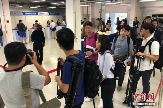 多国媒体记者陆续抵达媒体中心等待注册,领取记者证。 刘震 摄