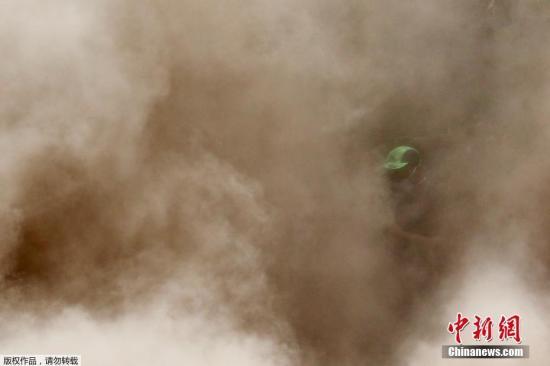 危地马拉鉴识科学研究所指出,火山喷发造成的死亡人数逐渐攀升,目前已达到109人。搜救团队曾在遭火山灰和火山熔岩覆盖的地区积极寻找幸存者和罹难者。当局此前宣布搜救工作暂停,因为环境对救援人员来说过于危险。
