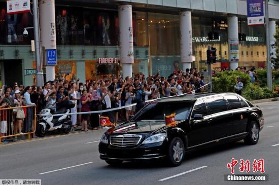 这是朝鲜最高领导人首次访新,沿路有不少民众拿出手机拍摄照片和视频,记录这历史性的一幕。图为新加坡民众拍摄金正恩车队。