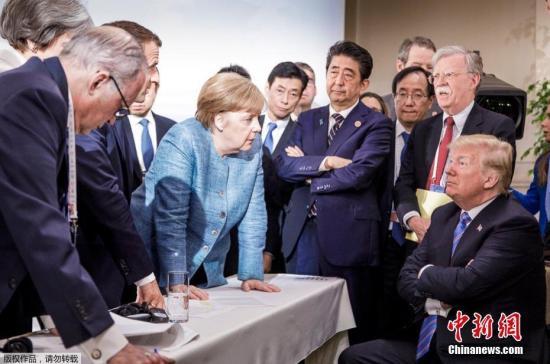 """资料图:6月9日晚,德国总理默克尔的团队在推特上发布了一张在加拿大七国集团峰会第二天拍摄的照片,该照片迅速在互联网上引起热议。由于本届峰会上,美国总统特朗普一个人把G7其他六国领袖都给""""得罪""""了,这张照片也被国外网友奉为本届G7峰会的""""全场最佳""""。"""